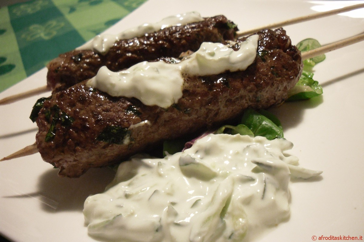 Kefta (spiedini di carne) mediorientali con salsa tzatziki