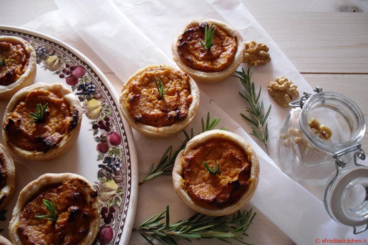 Tortine salate di pasta briseè con zucca e noci