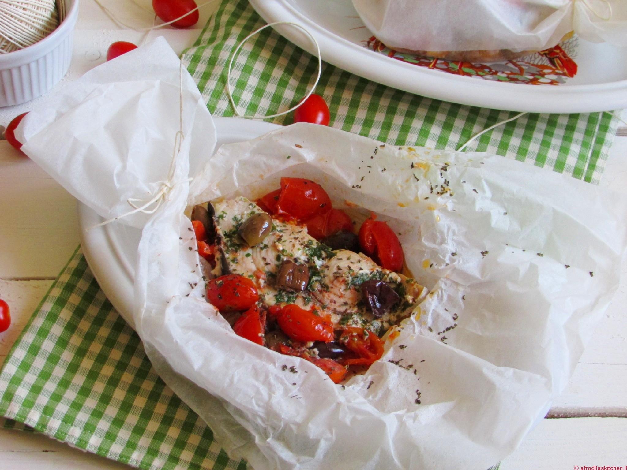 Pesce spada al cartoccio alle erbe aromatiche con pomodori Datterini e olive Taggiasche