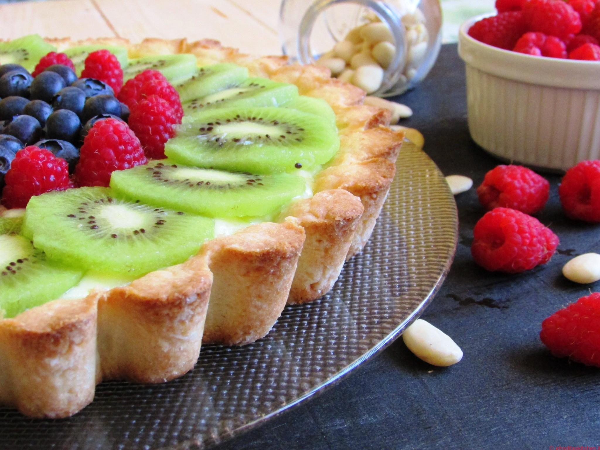 Crostata con crema pasticcera al limone e frutta fresca