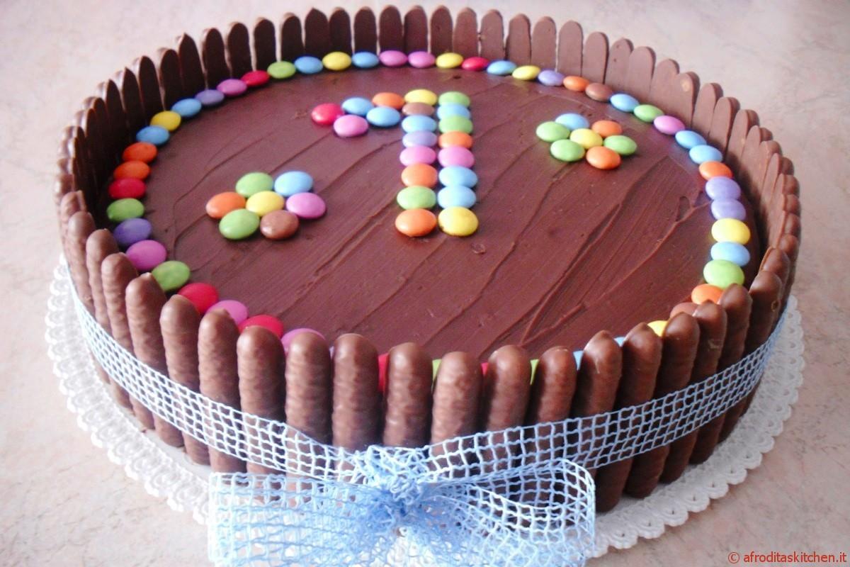 Torta di compleanno con crema Chantilly alle fragole e cioccolato ...