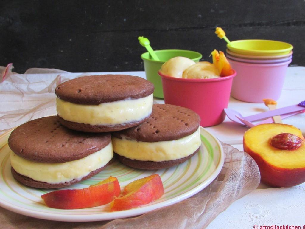 Gelato alla pesca e biscotto gelato al cioccolato