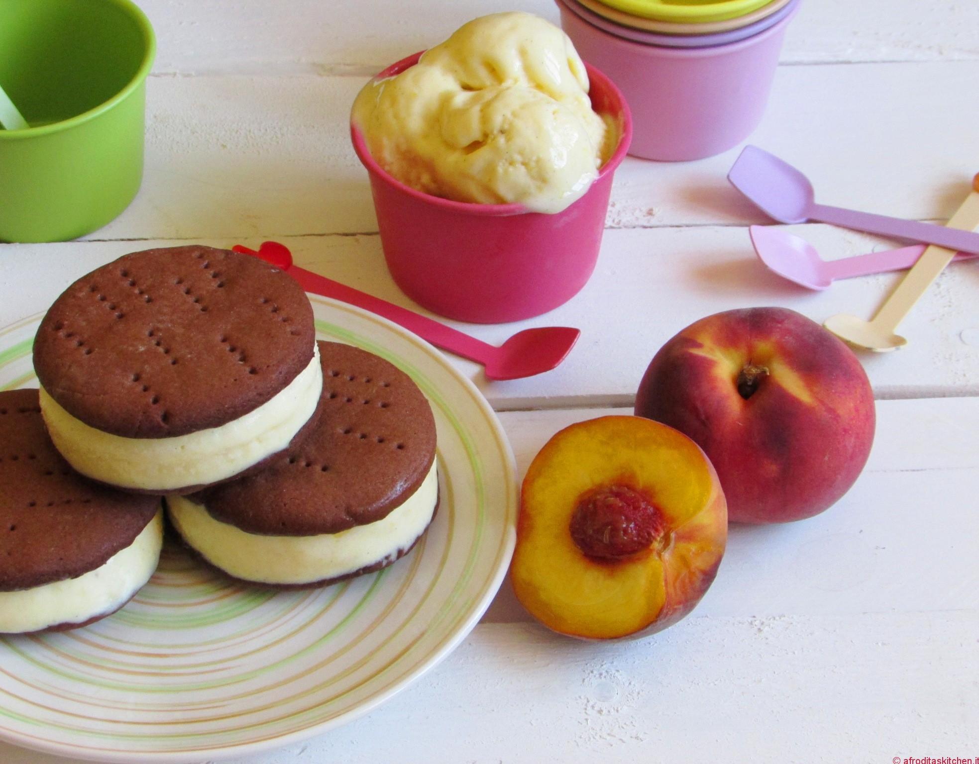Sandwich ice cream con gelato alla pesca senza gelatiera e biscotto al cioccolato di Montersino