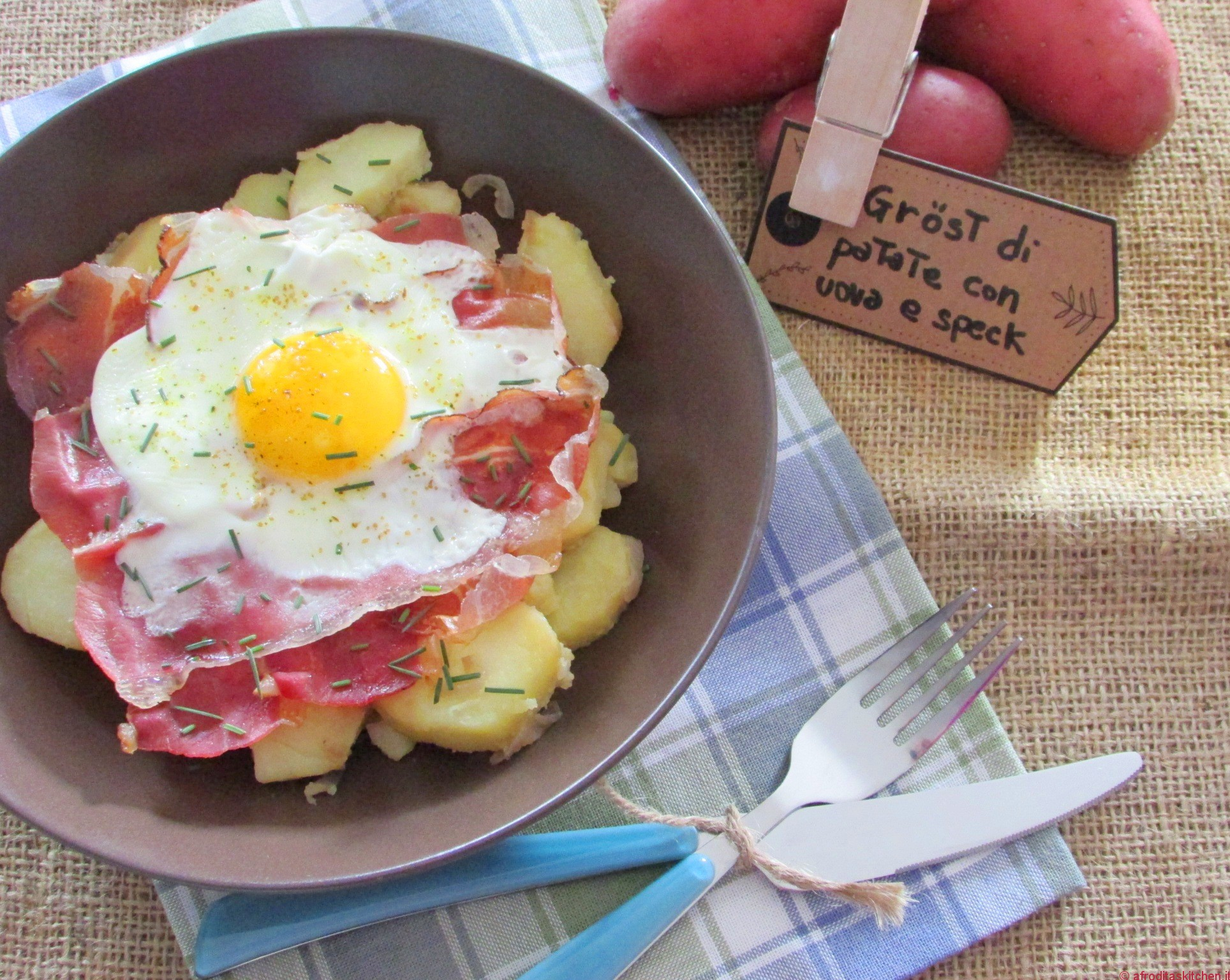 Gröstl (rosticciata) tirolese di patate con speck croccante e uova per Quanti modi di fare e rifare