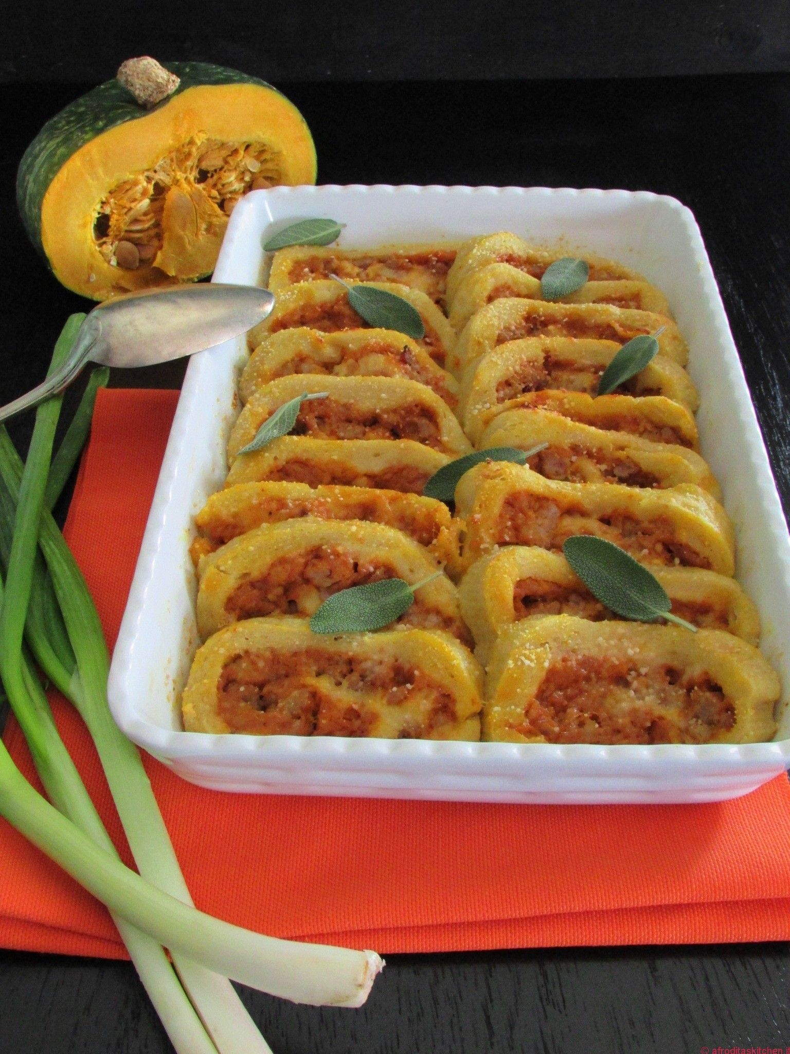 Rotolo di patate ripieno di zucca, salsiccia e cipollotti freschi per il tema del mese dell'MTChallenge n. 51